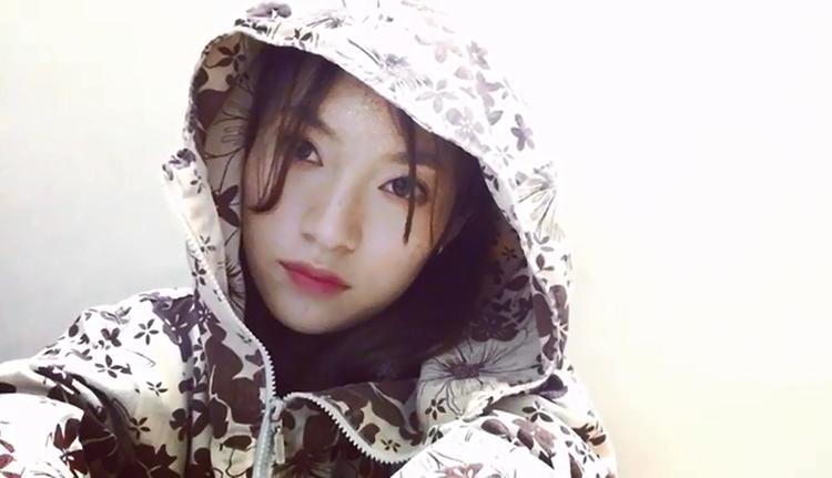 Đầu năm, Khánh Vy mặc áo chống nắng và rap tiếng Anh cực chất!
