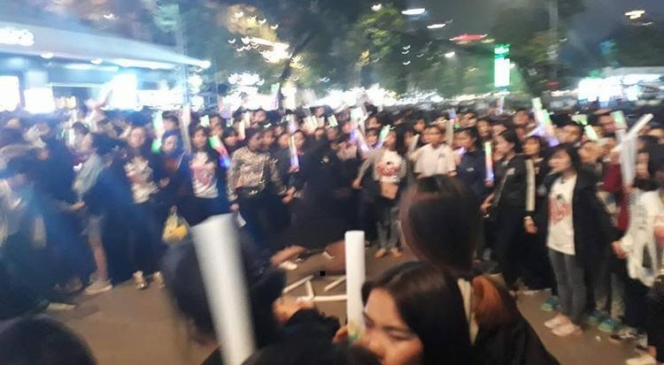 Hình ảnh fan Noo Phước Thịnh nắm chặt tay nhau, tạo hàng rào cô lập trở thành khoảnh khắc không đẹp trong đêm này.