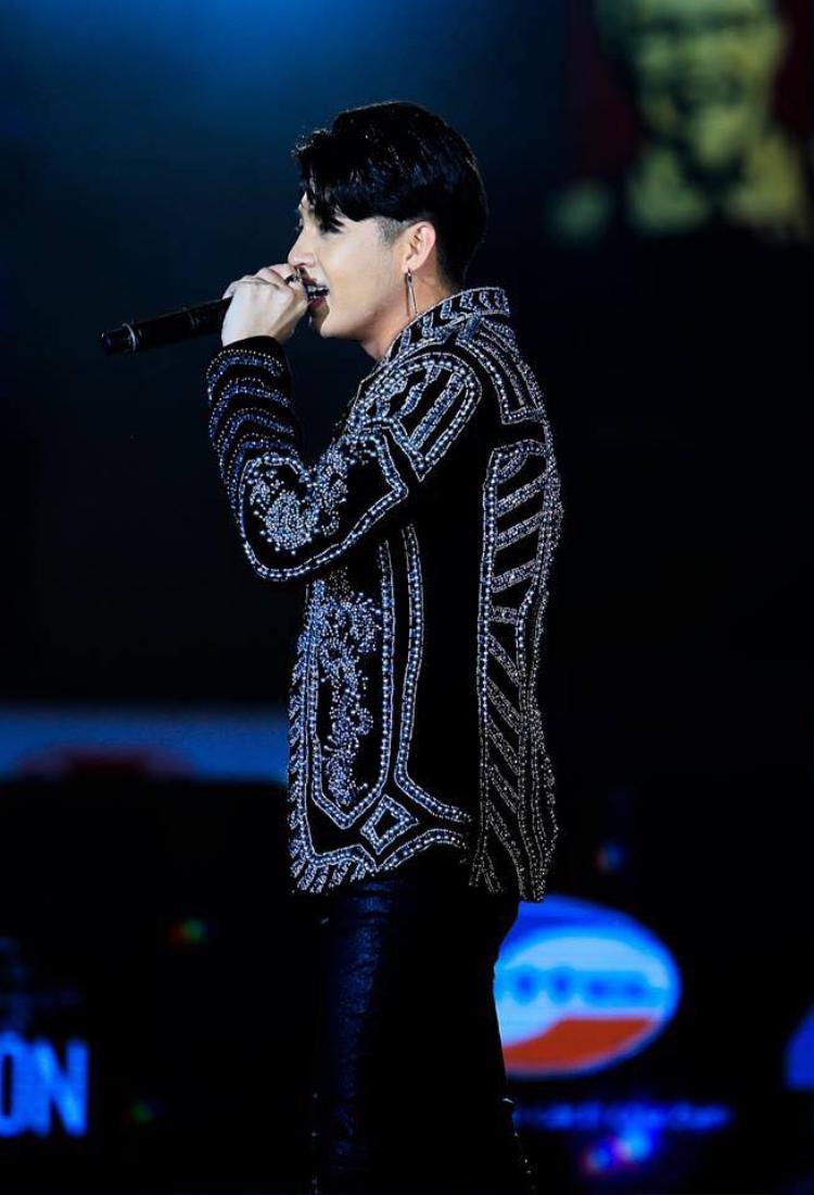 Noo Phước Thịnh điển trai xuất hiện trong đêm nhạc tại thủ đô Hà Nội.