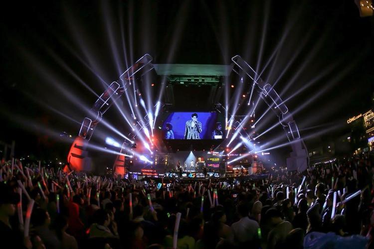 Đêm nhạc thu hút sự tham gia của hàng ngàn khán giả thủ đô.