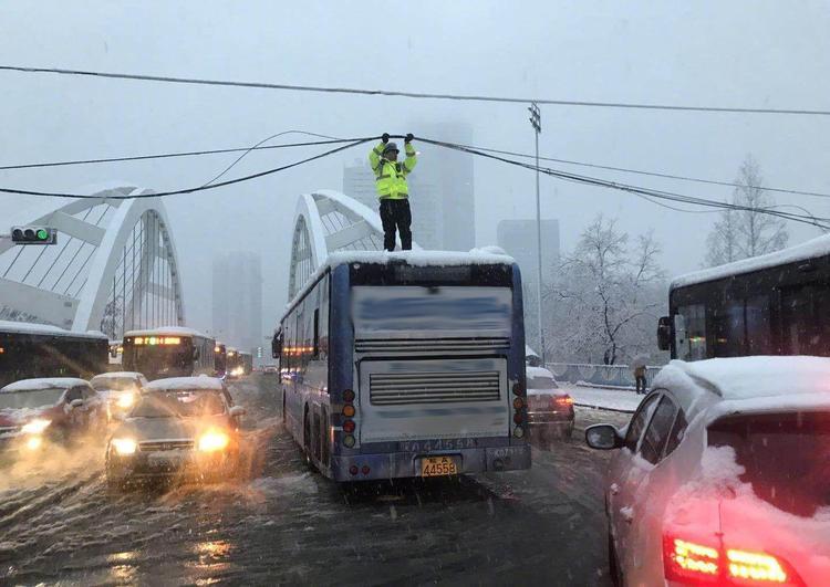 Cảnh sát giao thông đang xử lý đường dây điện đã bị đứt do tuyết.