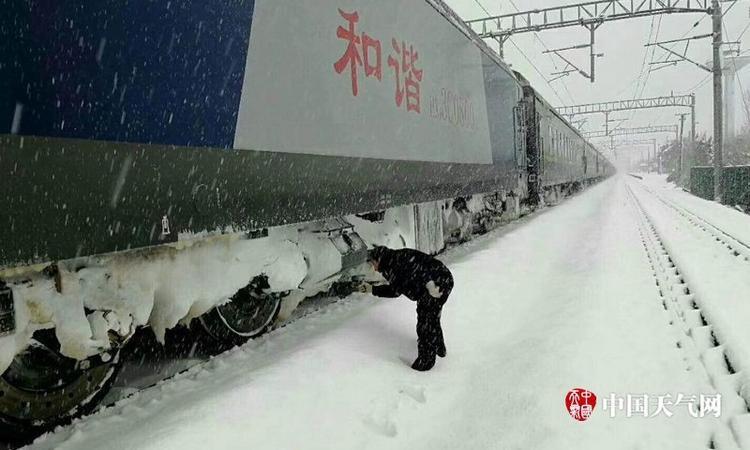 Mưa tuyết kéo dài khiến nhiều chuyến tàu bị hủy bỏ, trì hoãn.