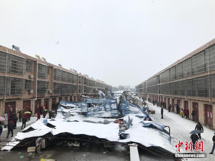Ngày 4/1, một khu chợ rộng khoảng 700m2 thành phố An Lục, tỉnh Hồ Bắc, Trung Quốc đã sụp xuống khi một trận tuyết lớn bất ngờ kéo đến.