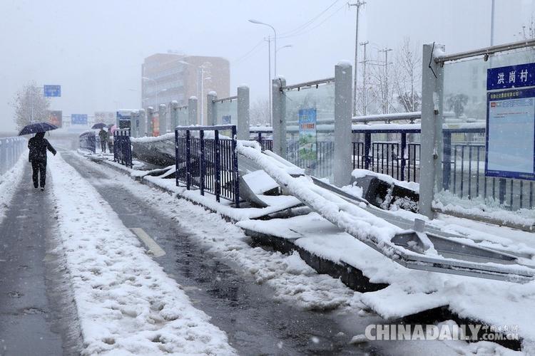 Một trạm xe buýt khác bị tuyết làm đổ.