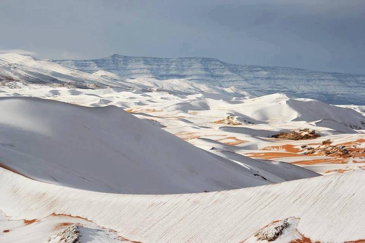 Theo trang Strangesounds, một khu vực rộng lớn tại sa mạc Sahara thuộc Ain Sefra, Algeria bị tuyết phủ trắng xóa vài ngày qua. Đây là lần thứ 2 sa mạc này có tuyết rơi sau 40 năm qua phủ vàng Trái đất.