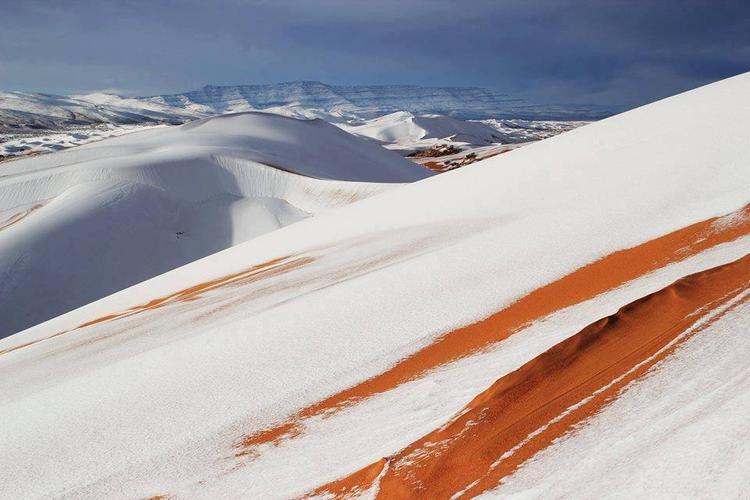 Lớp tuyết trắng xóa xen lẫn màu vàng của cát tạo nên khung cảnh vô cùng độc đáo.
