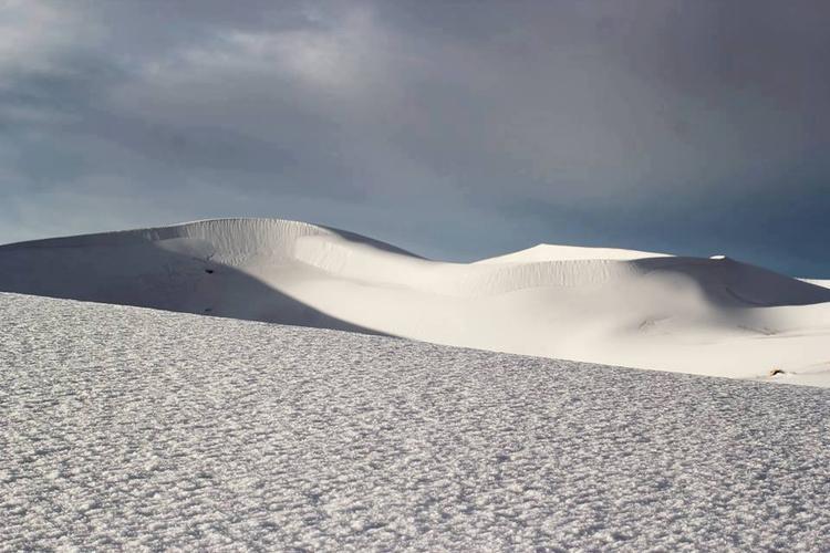 Nhiều du khách không thể tin nổi vào mắt mình khi sa mạc cát vàng bỗng chốc được phủ trắng chỉ sau 30 phút bão tuyết đi qua.