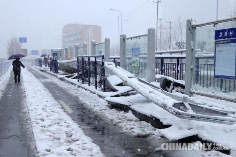 Tại Trung Quốc, người dân cũng phải chịu chung cảnh giá rét và tuyết rơi dày.