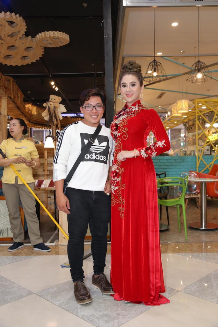 Lâm Khánh Chi khoe sắc trong tà áo dài đỏ rực.