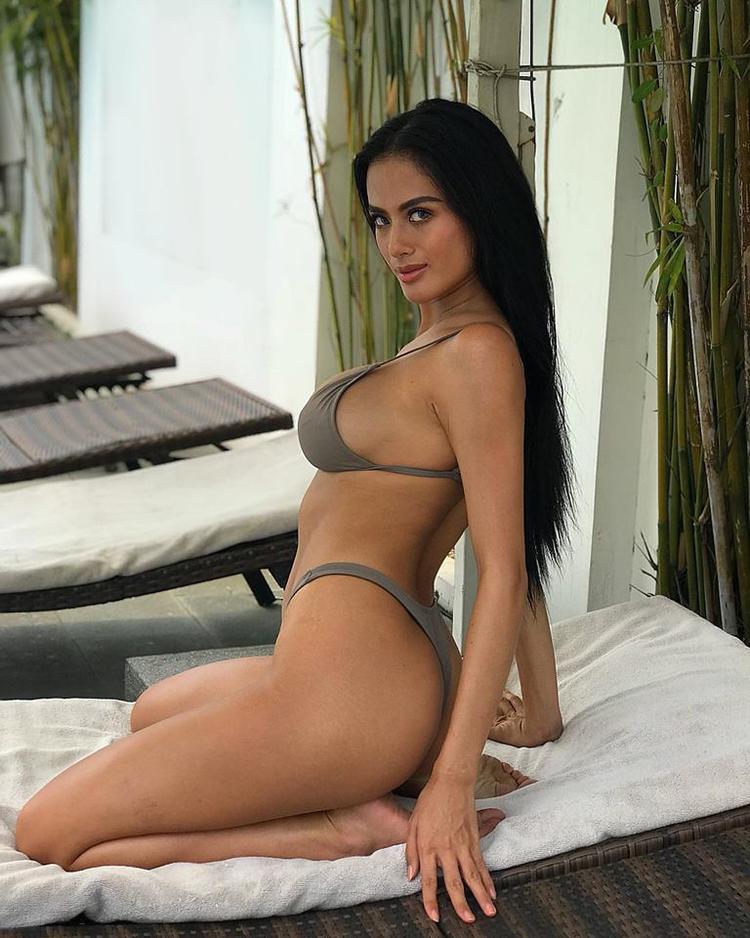 """Vòng 3 nở nang, căng mọng như """"trái táo"""" của Như Vân luôn giúp cô nàng trông thật nổi bật, nóng bỏng và gợi cảm trong những bộ bikini."""
