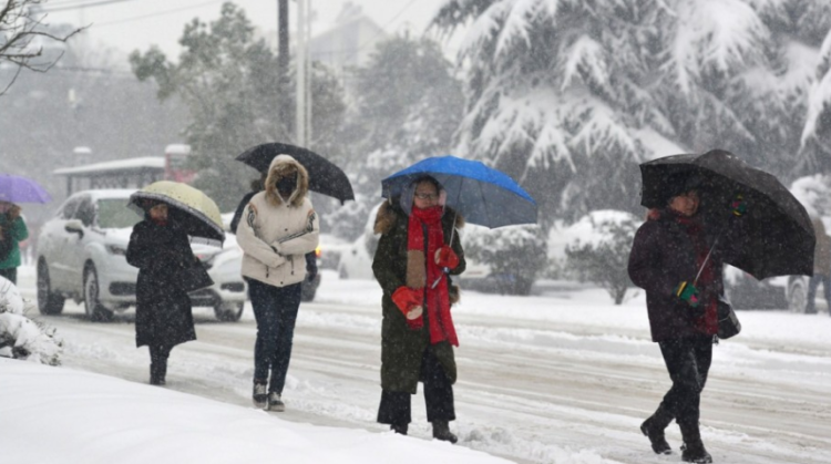 Chưa dừng lại đó, các nhà khí tượng dự báo trận bão tuyết thứ hai bắt đầu di chuyển từ bắc xuống nam vào hôm 8/1 sẽ khiến nhiệt độ xuống mức đóng băng. Điều này sẽ khiến Trung Quốc phá vỡ kỷ lục đợt lạnh từ 10 năm trước. Khi đó, đợt lạnh đã khiến mạng lưới giao thông tại nước này rơi vào tình trạng tê liệt và mất điện trong nhiều tuần.