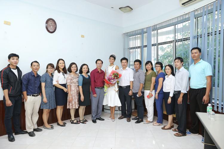 H'Hen Niê chụp ảnh cùng Ban giám hiệu trường.