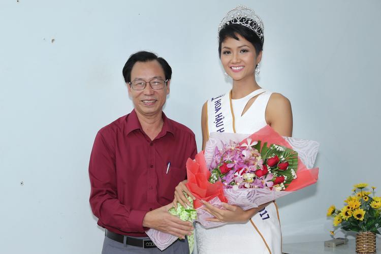 Hoa hậu HHen Niê được chào đón khi về thăm trường cũ