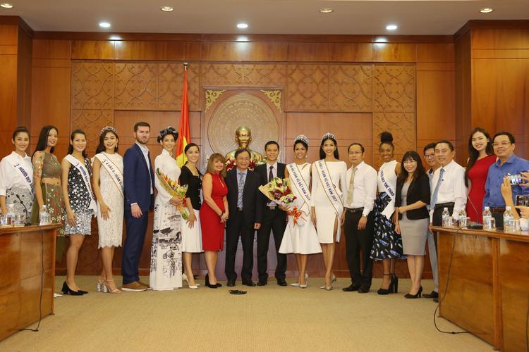 BTC và các người đẹp của Hoa hậu Hoàn vũ Việt Nam có chuyến thăm hỏi lãnh đạo tỉnh Khánh Hoà sau cuộc thi.