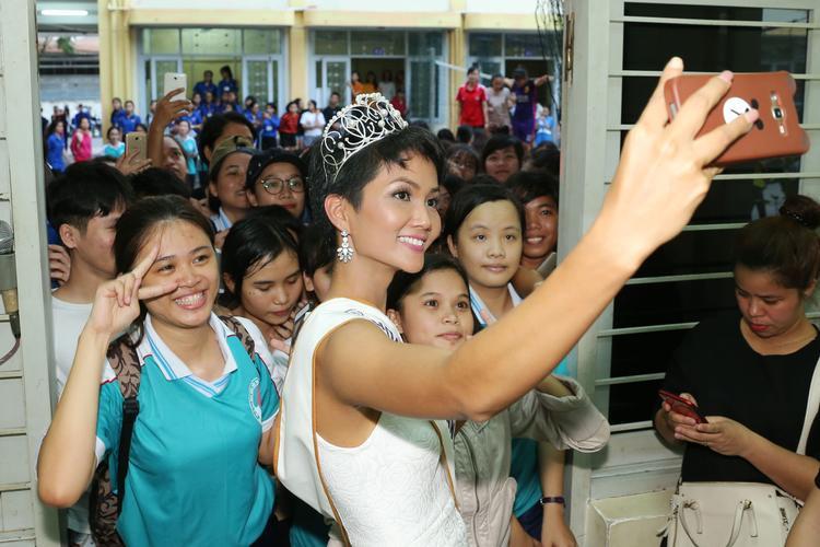 Người đẹp 9X hào hứng chụp ảnh tự sướng cùng các bạn sinh viên.