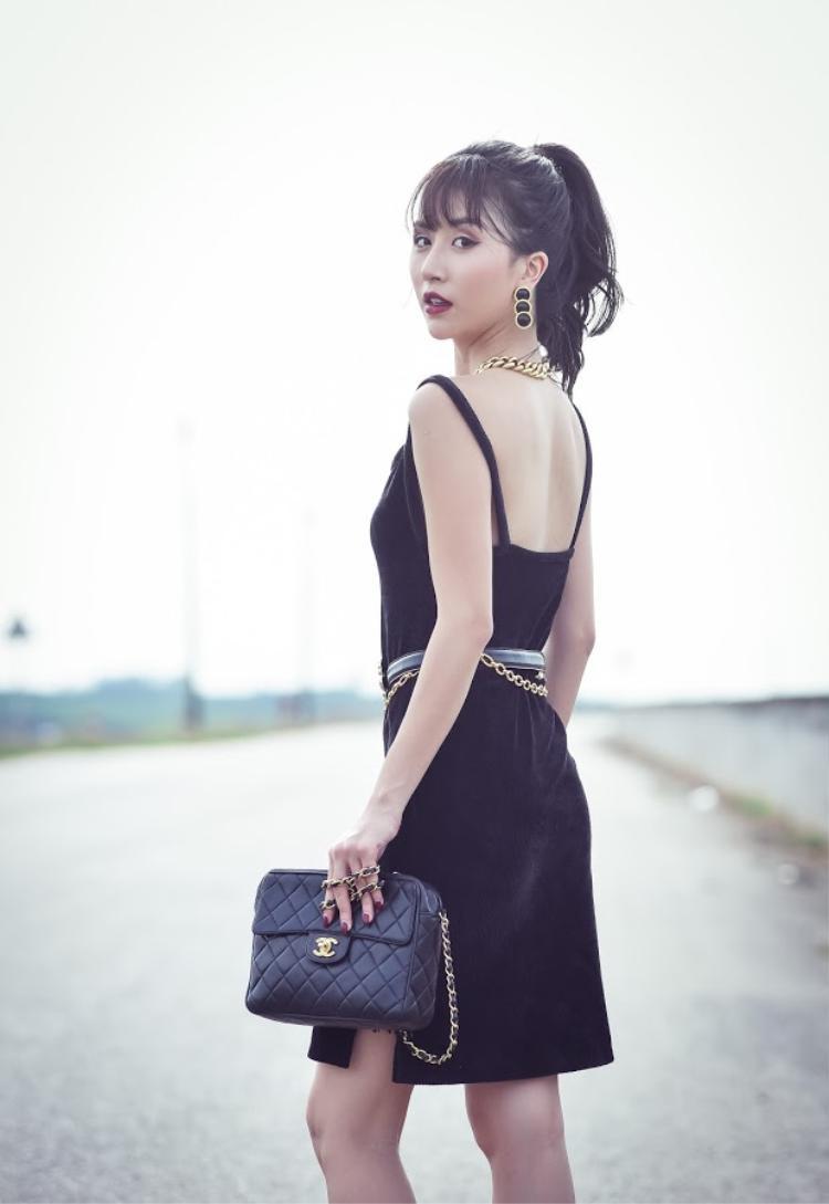 Phong cách retro nhấn nhá vào phụ kiện to bản, nổi bật nên chỉ cần một chiếc váy chất liệu nhung phom dáng đơn giản, đánh thêm chút son đỏ đậm, bạn hoàn toàn có thể diện đi tiệc và thu hút mọi ánh nhìn.