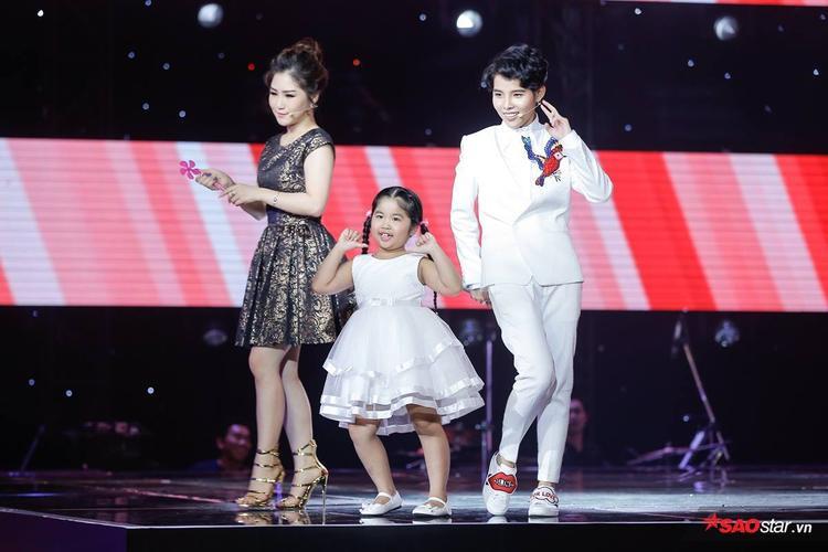 Hương Tràm và Vũ Cát Tường được yêu thích với vai trò HLV Giọng hát Việt nhí 2017.