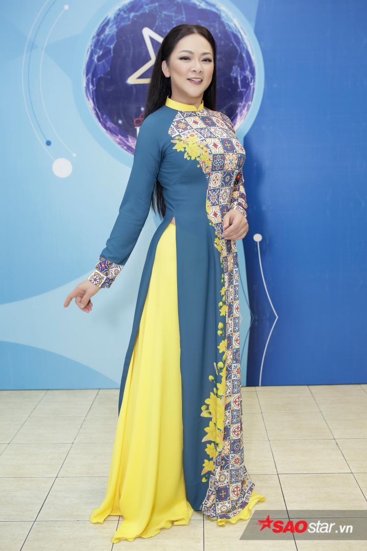 Trước đó, nữ ca sĩ hải ngoại xuất hiện trong tà áo dài đậm sắc xuân.