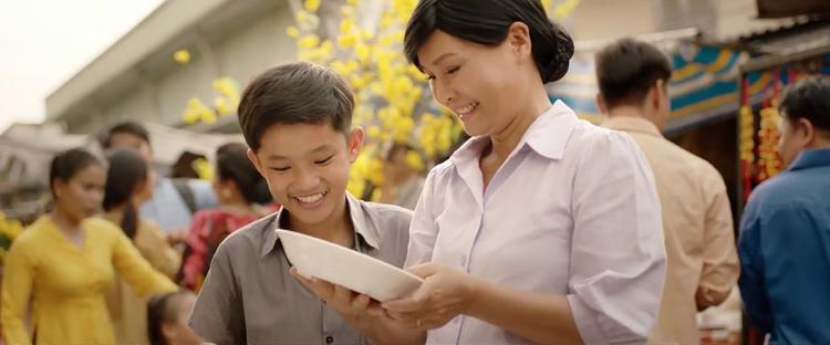 Chỉ với câu nói Mẹ ơi, con về rồi, Hà Anh Tuấn đã lấy nước mắt người xem trong phim ngắn đầy ý nghĩa về Tết