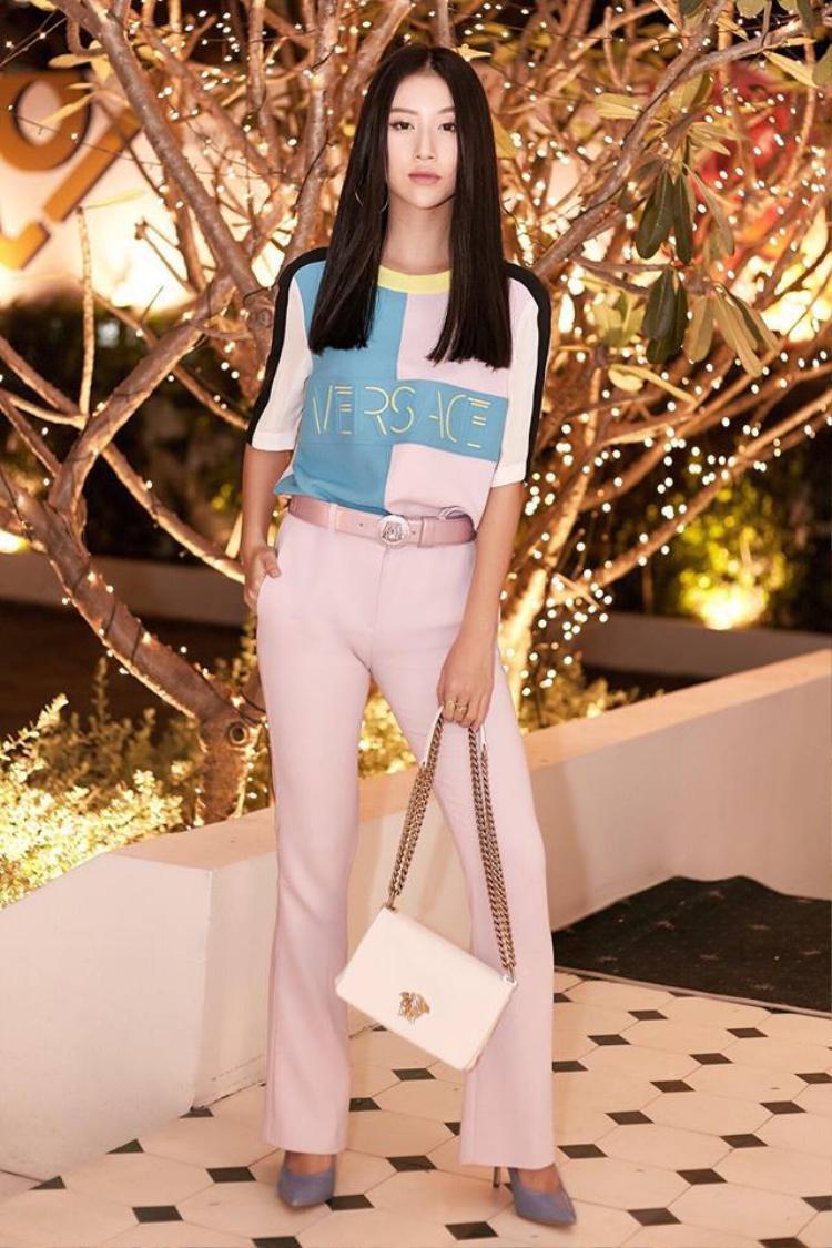 Cô nàng diện từ-đầu-đến-chân với những món đồ của thương hiệu Versace.