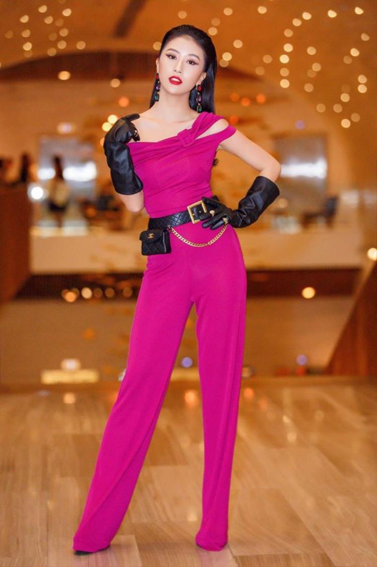 Điểm nhấn của bộ cánh này chính là chiếc belt-bag của Chanel có giá lên đến 120 triệu đồng.