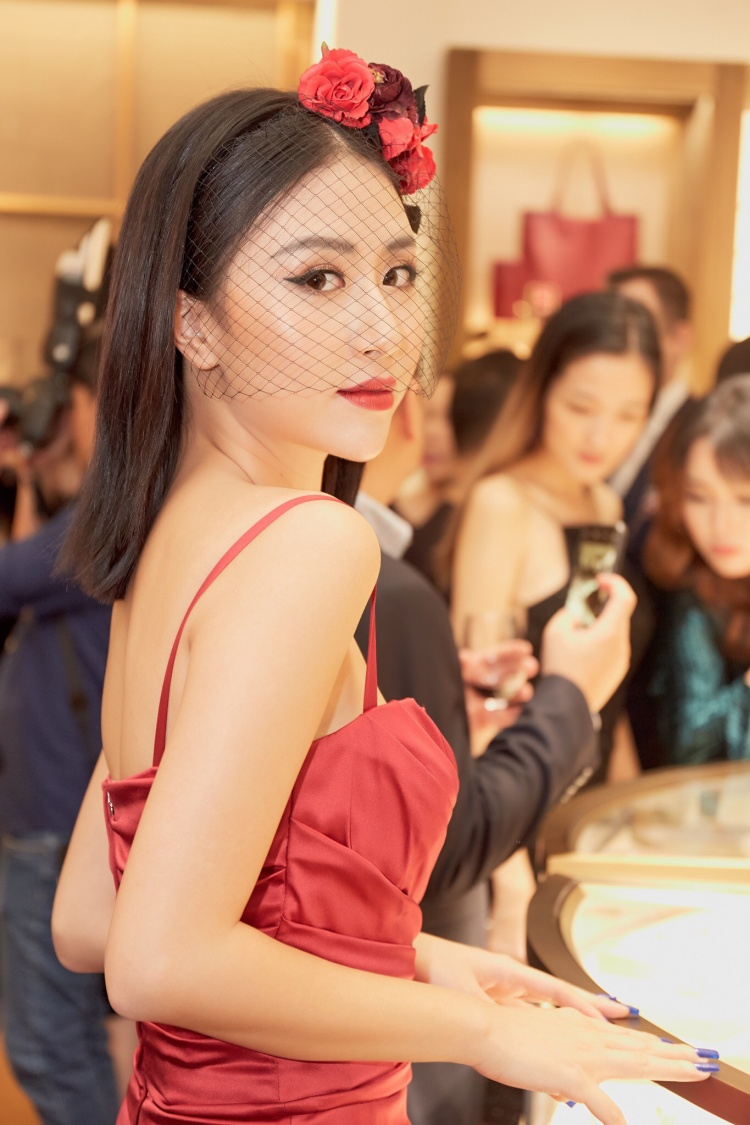 Dạo gần đây, người ta thường xuyên thấy Quỳnh Anh Shyn đi sự kiện với loạt hàng hiệu từ đầu tới chân. Cô nàng diện chiếc đầm đỏ của Dolce&Gabbana