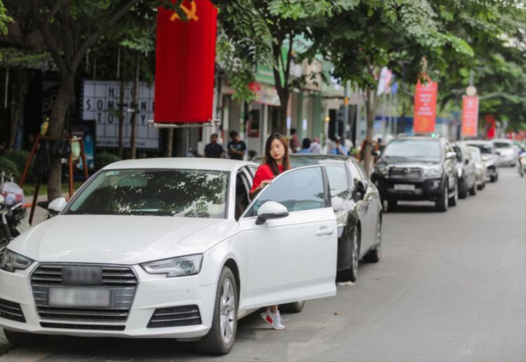 Hiện tại, cô có 4 căn hộ, một cửa hàng kinh doanh thời trang, một khu phức hợp mua sắm, một chiếc siêu xe Audi cùng nhiều đồ hàng hiệu đắt đỏ.