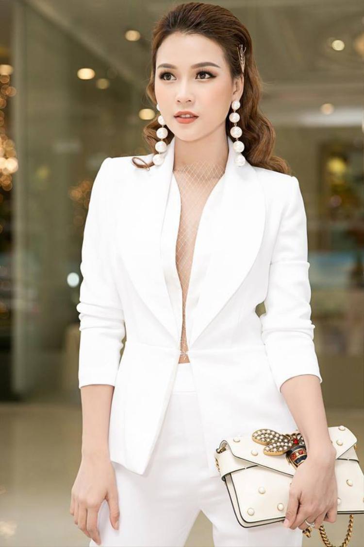 """Với thế hệ 8X và đầu 9X, Sam là một gương mặt hot girl quen thuộc. Cô từng là quán quân của cuộc thi Ngôi sao thời trang, được gọi là """"hot girl số 1 Sài Gòn""""."""