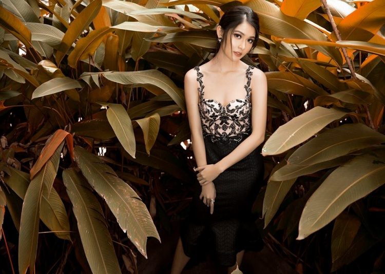 Phần thân trên được đính kết tinh tế với họa tiết hoa lá trên nền vải trắng, tông xuyệt tông với màu đen cùng chân váy đuôi cá nhẹ, giúp Thùy Dung có được diện mạo nữ tính hơn.