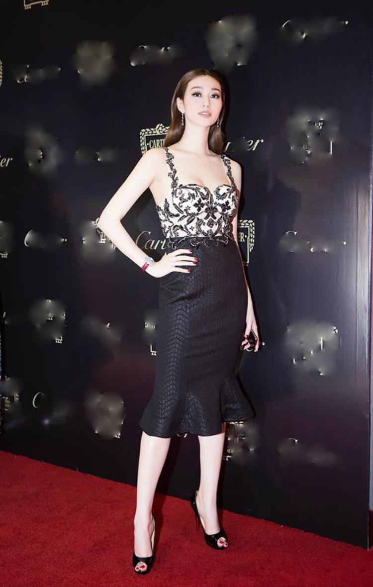 Cũng trong mẫu thiết kế Lê Thanh Hòa, diễn viên Khánh My xuất hiện rạng rỡ tại một sự kiện diễn ra hôm 8/1.