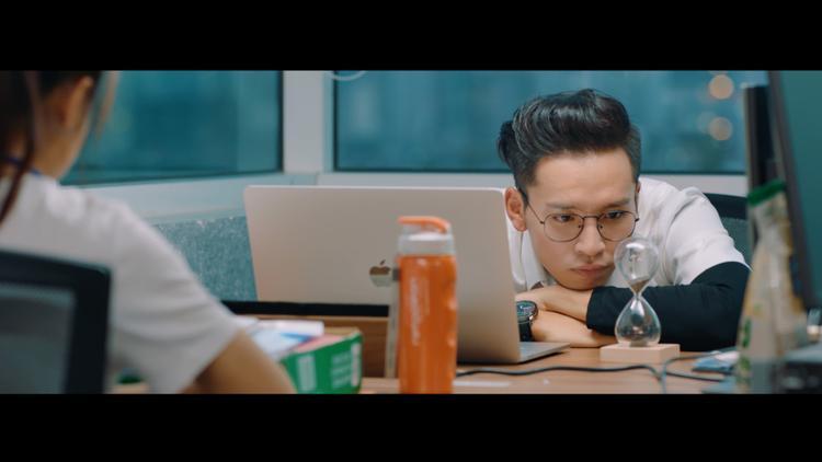 Nam ca sĩ cũng thú nhận hình ảnh chàng trai hiền lành, có phần ngây ngô trong MV khá giống bản thân ngoài đời thật nên anh không gặp nhiều khó khăn khi quay.