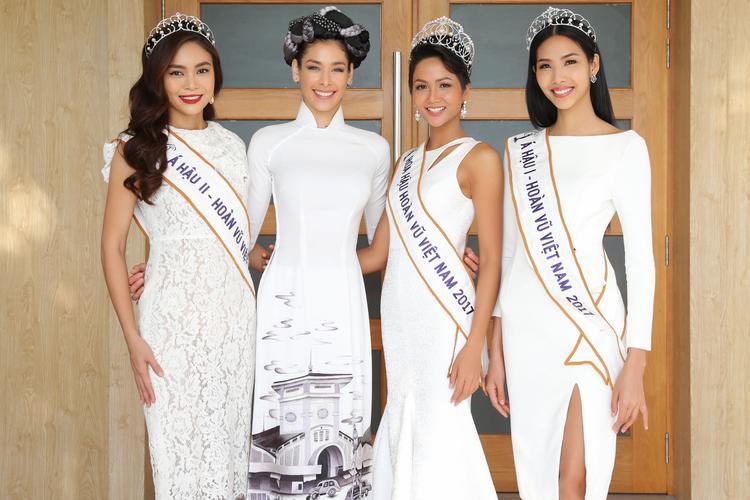 Miss Universe 2008 rạng rỡ chụp ảnh cùng Top 3 Hoa hậu Hoàn vũ Việt Nam 2017.