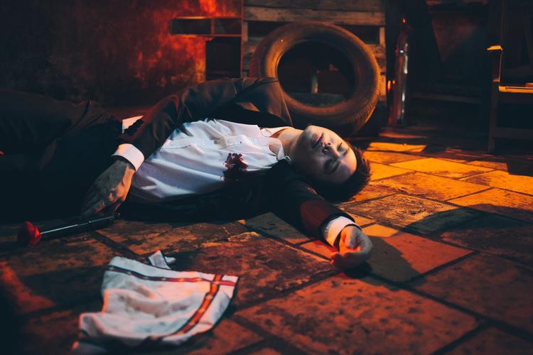 Hoá thân vào vai một hacker, phân cảnh do nam ca sĩ đóng bị bắn một cách bí ẩn gợi nên sự tò mò về kịch bản.