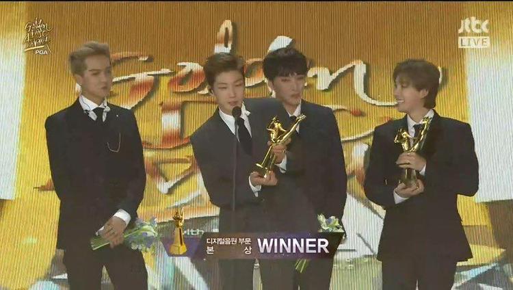 WINNER lên nhận chiếc cúp danh giá thay đàn anh BigBang.