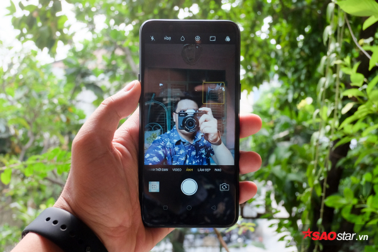 """OPPO cho biết camera trước trên chiếc máy này sử dụng công nghệ AI và """"học hỏi"""" từ kho dữ liệu của chuyên gia làm đẹp, chụp ảnh chân dung để tối ưu ảnh chụp cho người dùng."""