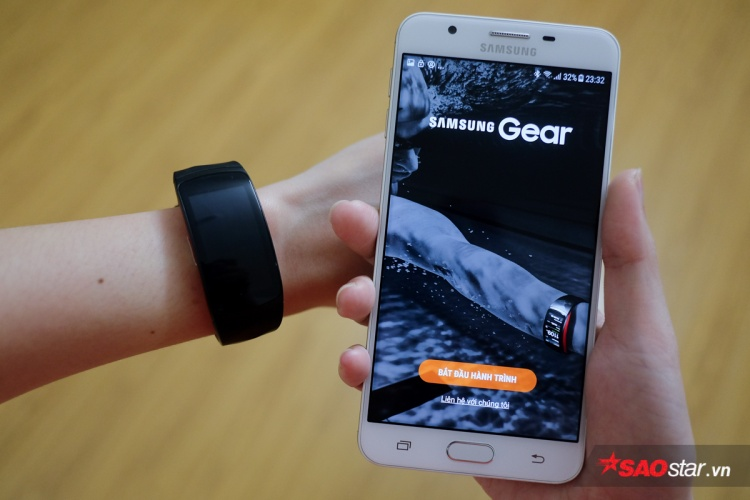 Để kết nối Gear Fit2 Pro với smartphone, bạn cần tải về ứng dụng có tên Samsung Gear.