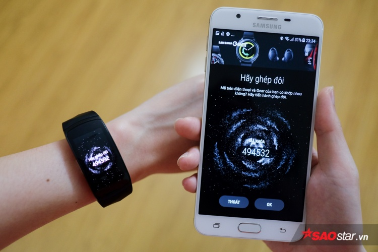 Từng bước làm theo hướng dẫn trên ứng dụng là bạn sẽ dễ dàng kết nối được Gear Fit2 Pro với smartphone.