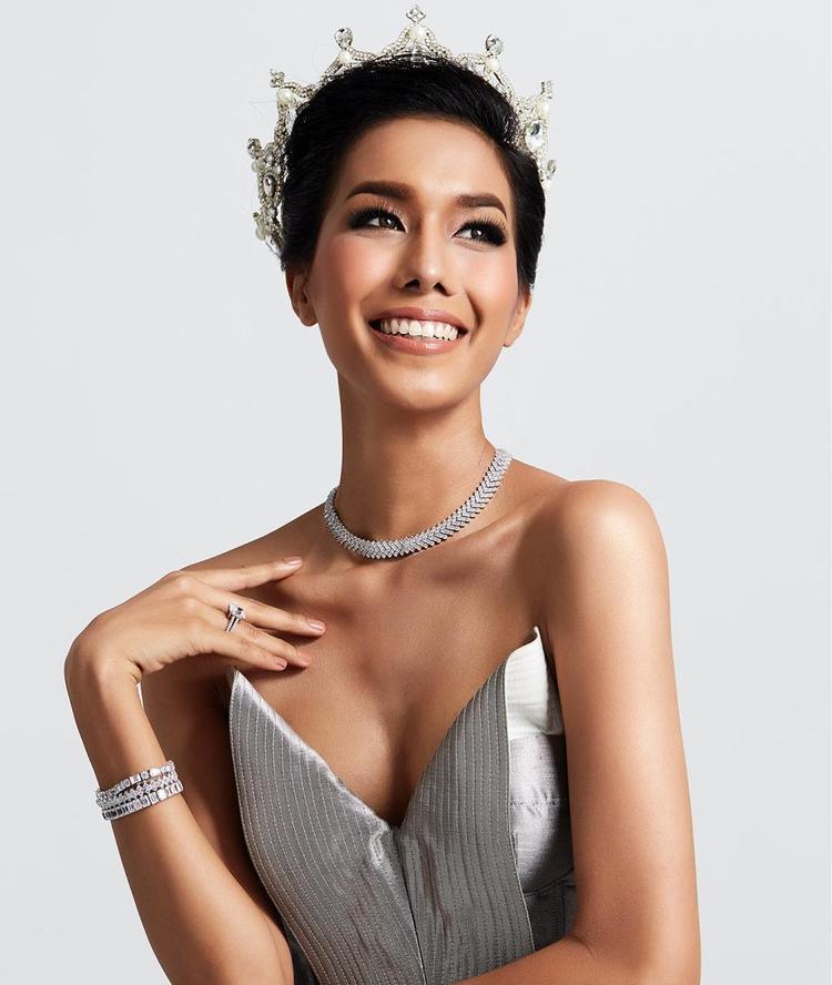 Khuôn mặt sắc nét cùng làn da ngăm quyến rũ hứa hẹn là một đối thủ mạnh của Tường Linh năm nay. Nhan sắc Thái Lan đang dần khẳng định vị thế của mình trong các cuộc thi quốc tế khi liên tiếp đạt thành tích ấn tượng.