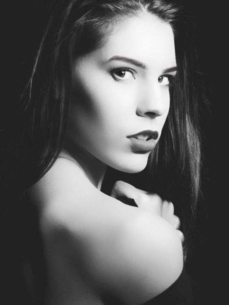 Jennifer Malleron đến từ nước Pháp xinh đẹp mang vẻ đẹp cổ kính, mộng mơ.