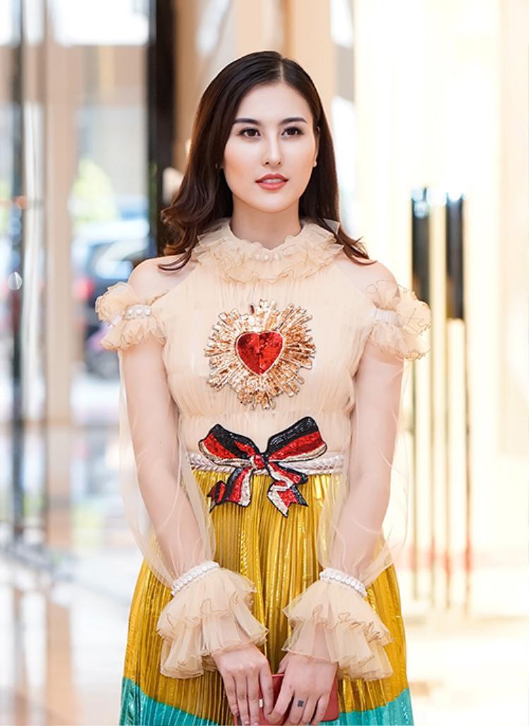Chiều 9/1, đến tham dự một dự kiện tại TP HCM, Hà Lade chọn mặc chiếc váy nhiều màu sắc thu hút không ít sự chú ý của các khách mời tại sự kiện cũng như giới truyền thông.