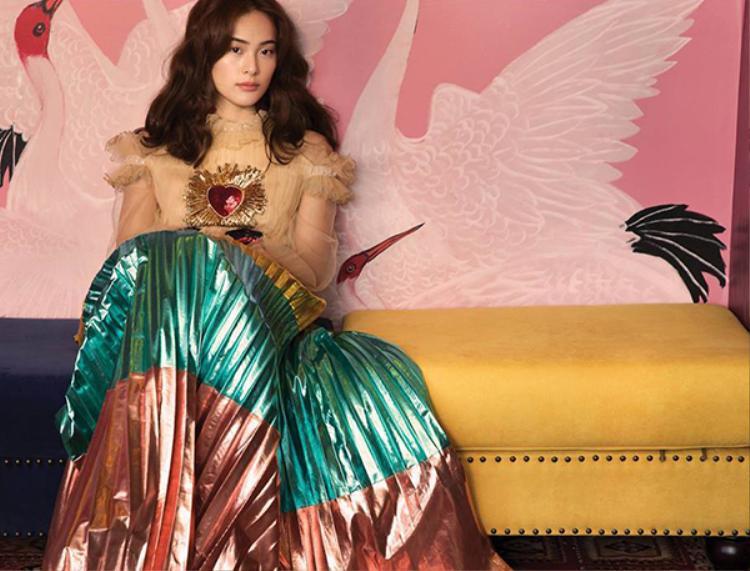 Trước đó, Hạ Vi cũng đã mặc mẫu đầm nhiều màu sắc này để chụp ảnh cho một tạp chí.