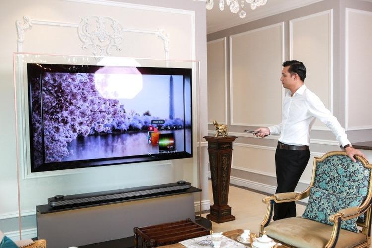 Chiếc TV LG OLED Signature W có thiết kế siêu mỏng 2,57mm, như một bức tranh dán tường tuyệt đẹp, hài hòa với mọi không gian nội thất.