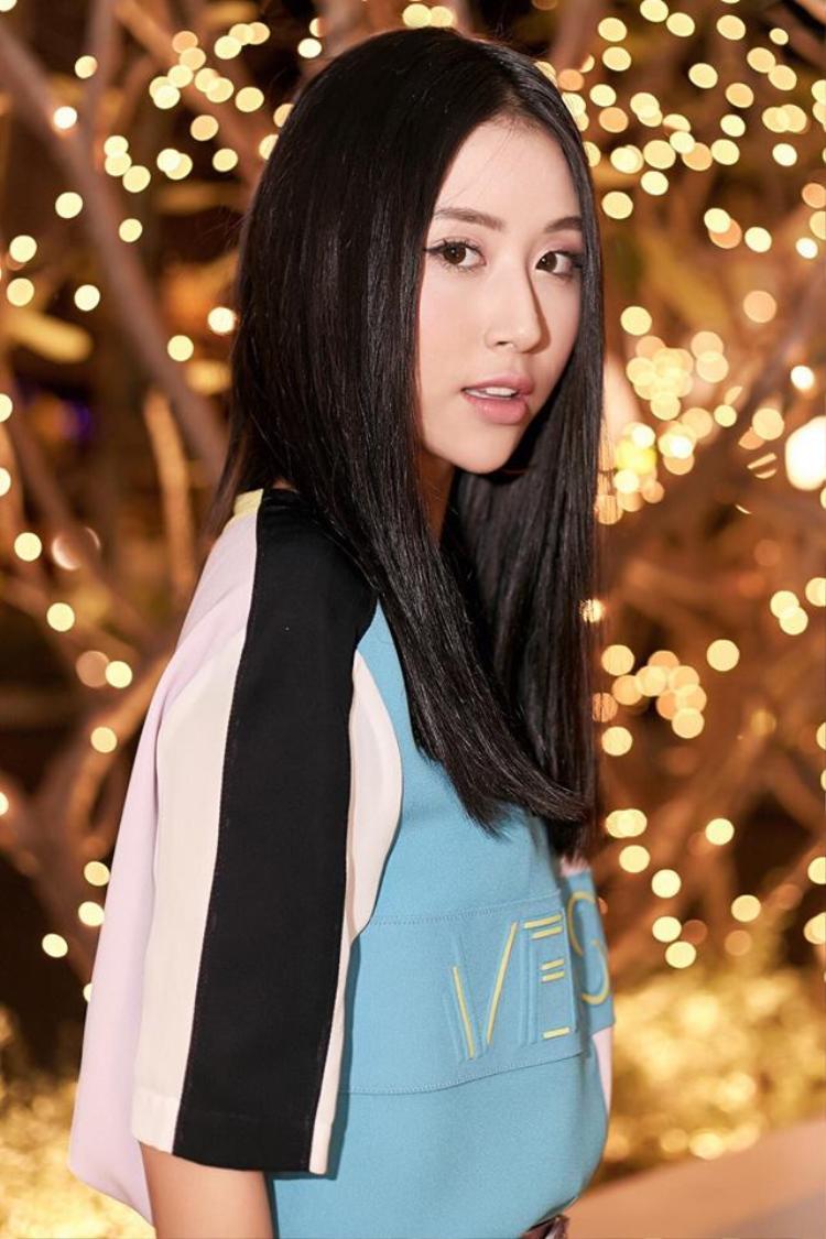 Quỳnh Anh Shyn có sở thích là thay đổi kiểu tóc mà mấy tháng gần đây, cô nàng chỉ trung thành với kiểu bổ luống đơn giản thế này.