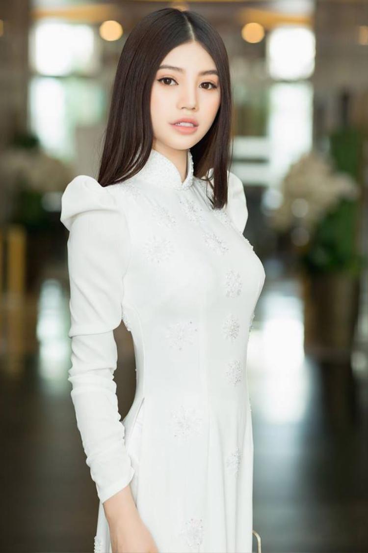 Lại thêm một nhân vật để tóc bổ luống đen tuyền mà vẫn khí chất ngời ngời - Jolie Nguyễn.