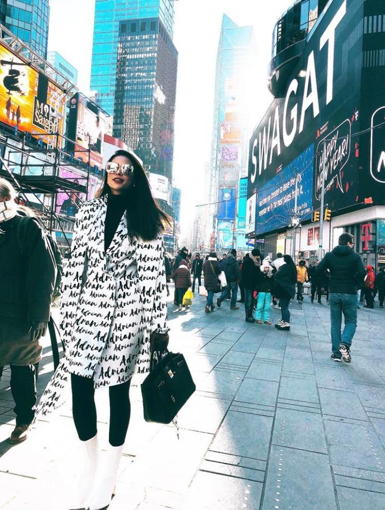 Hoa hậu Phạm Hương vốn gắn liền với hình ảnh mái tóc xoăn bồng bềnh kiêu kỳ thì nay cũng trở về với tóc suôn thẳng xõa vai.
