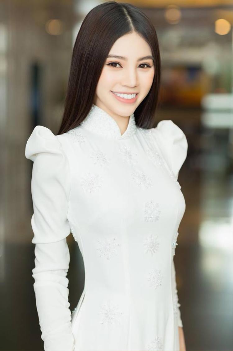 Mặc áo dài trắng vai bồng, Jolie Nguyễn để tóc chải thẳng đơn giản mà vẫn xinh đẹp, hút hồn.