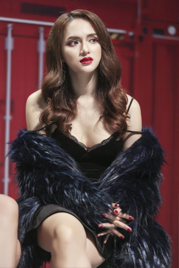 Một lần khác, Hương Giang khiến bao ánh nhìn khó rời mắt khỏi cô khi diện chiếc váy 2 dây sắc đen không thể gợi cảm hơn như thế này. Khéo léo kết hợp tông đỏ từ màu son đến màu sơn của móng tay đầy thu hút.