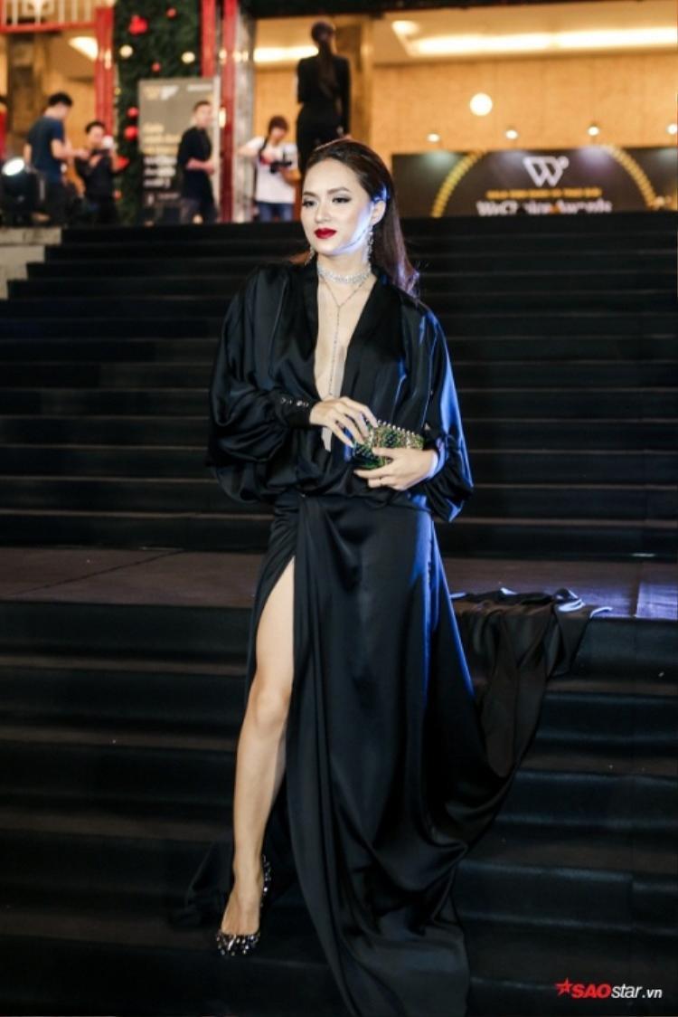 Một lần khác, diện trang phục cắt xẻ bạo tại một sự kiện diễn ra tại TP.HCM, tuy bộ cánh bị so sánh với váy ngủ nhưng có thể thấy Hương Giang cũng đã khoe được thứ cần khoe rồi đấy chứ!