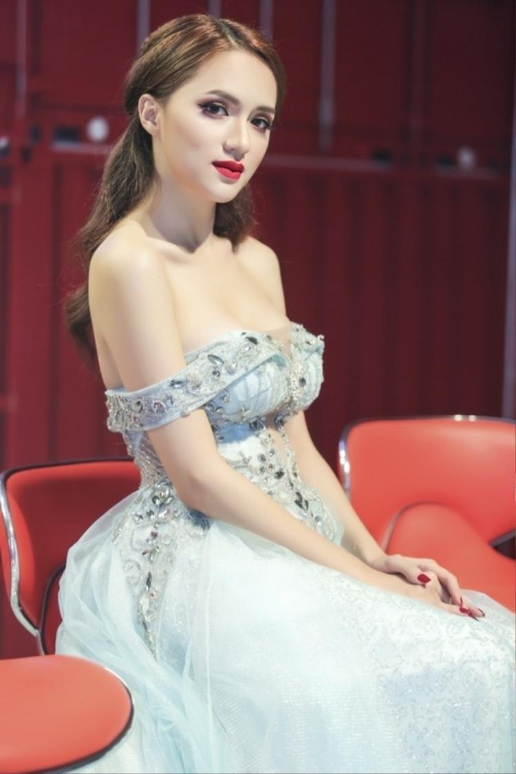 Xuất trên sóng truyền hình, cô nàng tiết chế hơn với thiết kế váy xòe. Tuy nhiên, với tạo hình cúp ngực khá trễ nải, chiếc váy vẫn phô khéo vòng một của người đẹp một cách vừa phải nhưng cũng đủ khiến khán giả ngước nhìn.