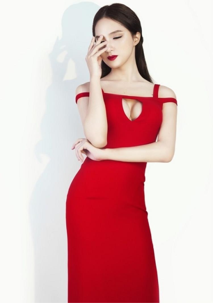 Chụp ảnh thời trang, nếu diện những bộ cánh kín đáo thì không phải là Hương Giang rồi.